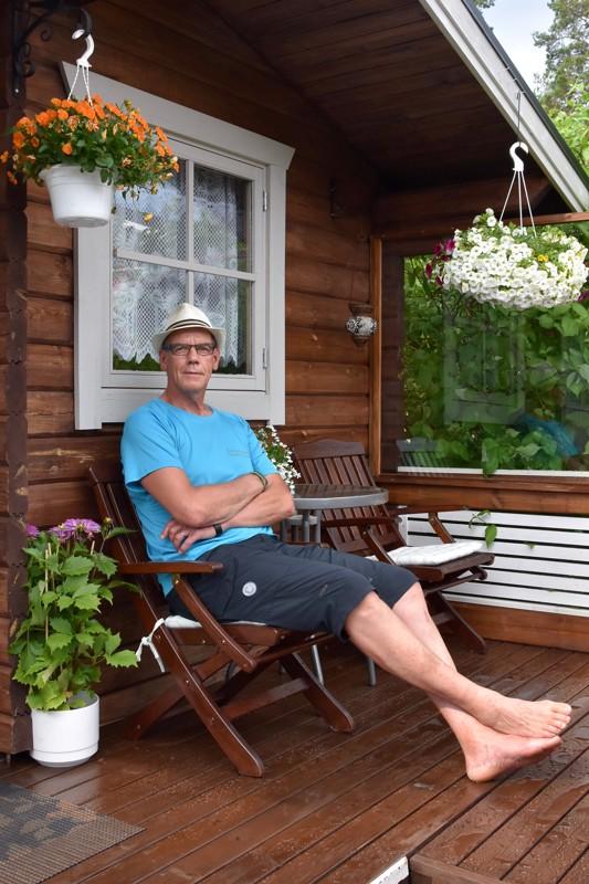 Onnea! Juhani Keskisipilä nauttii kesäilloista pihasaunansa terassilla.