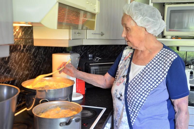 Raili Sorvisto on keittänyt punasta heraa joka juhannukseksi jo yli 50 vuoden ajan. Hänellä on tapana keittää hera paria päivää ennen juhannusta.