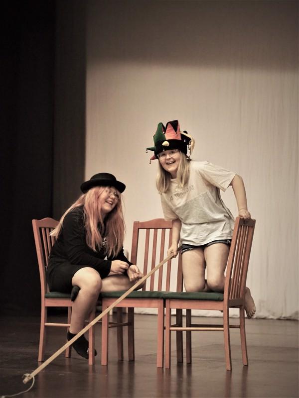Leirillä harjoiteltiin muun muassa lavaliikkumista ja sketsihahmojen luomista. Kuvassa Selma Paavola ja Laura Savela.