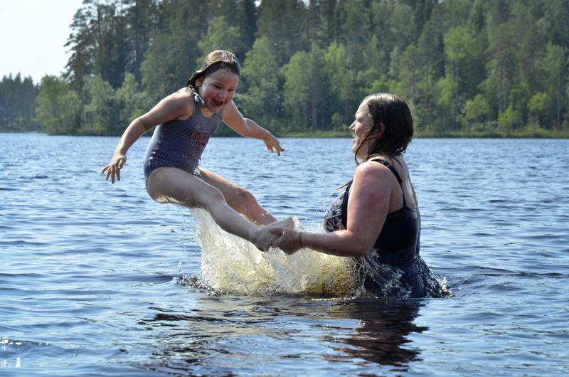 Sieviläinen Amanda Parhiala ja hänen äitinsä Tanja Parhiala ovat tulleet Maasydänjärvelle uimaan.