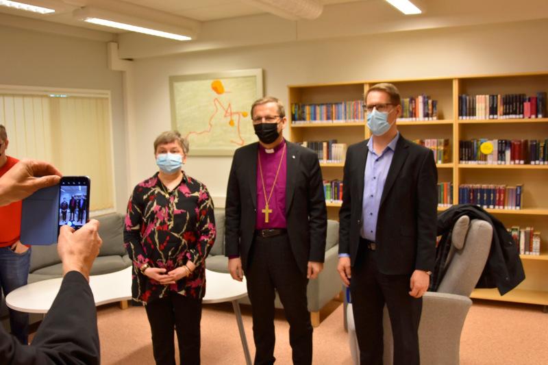 Sakari Typpö (oikealla) oli vastaanottamassa Oulun hiippakunnan piispa Jukka Keskitaloa keväällä Kannuksen yläkoulussa. Kuvassa myös apulaisrehtori Maija Huuki-Anthopoulou.