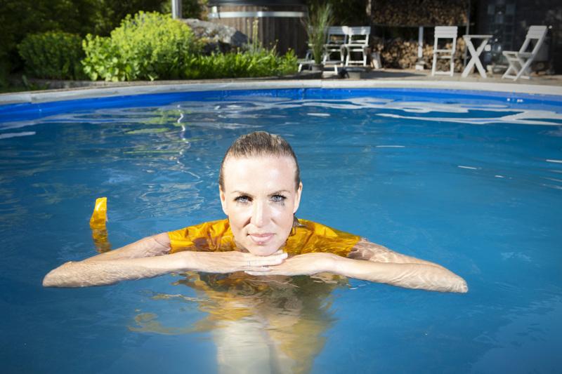 Paula Erkkilä tunnustaa olevansa yllytyshullu ja pystyvänsä sietämään epätäydellisyyttä. Todistaakseen asian hän hyppäsi vaatteet päällä uima-altaaseen.