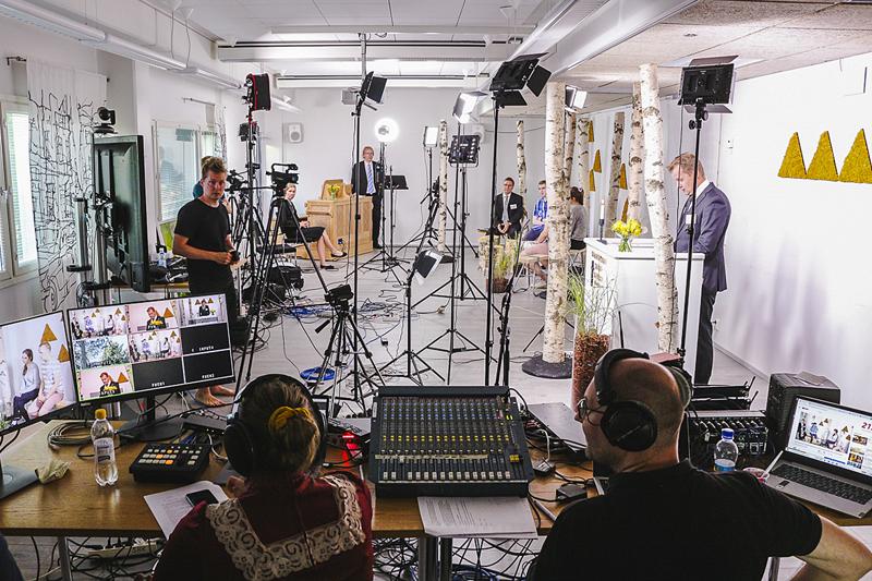 Viime kesänä Suviseurojen lähetyspaikaksi rakennettiin SRK:n toimiston alakertaan videostudio, jossa oli puhumassaTuomas Torkki. Seurojen toisena lähetyspaikkana oli Helsingin rauhanyhdistys.