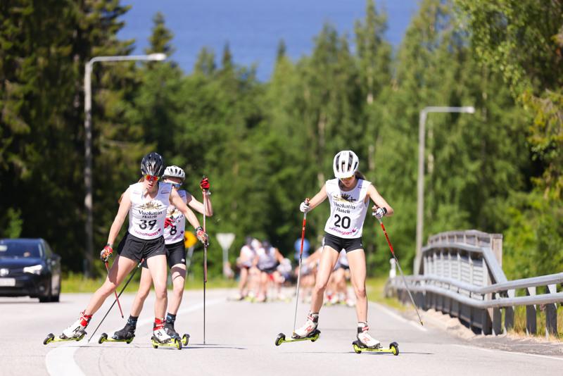 Anni Niku (numero 20) lähi hiihto-osuudelle kolmantena. Vuokatin kovissa nousuissa kolme kisakumppania meni ohi ja lopullinen sijoitus oli kuudes.