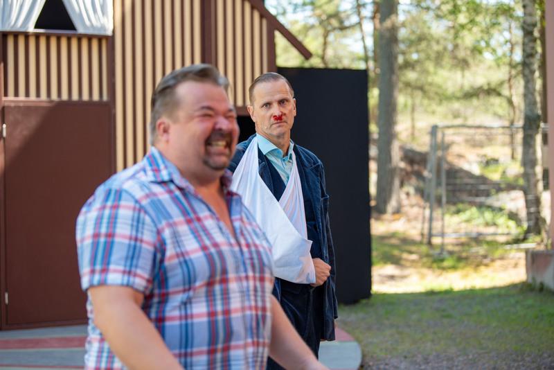 Mitä kuuluu Marja-Leena? komediassa livebändin ja laulavien näyttelijöitten esittämät Leevi and the Leavings- hitit kuljettavat Joukoa (Janne Raudaskoski, kuvassa oikealla) uskomattomaan seikkailuun halki kesäisen Suomen.