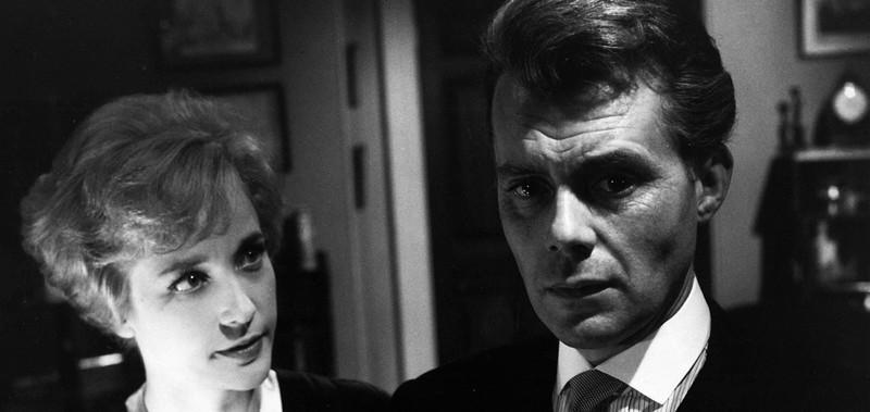 Sylvia Syms ja Dirk Bogarde uhattuna avioparina.