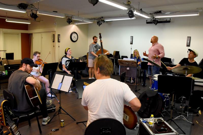 Eri puolilla Suomea asuvat muusikot ovat treenanneet yhdessä festivaalia edeltävällä viikolla. Musiikki on suurimmalta osalta tuttua, mutta sovitukset uunituoreita.