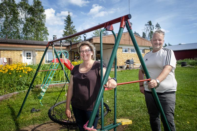 Piia-Maria ja Jarkko Rautiainen toimivat sijaisvanhempina neljälle sijoitetulle lapselle.
