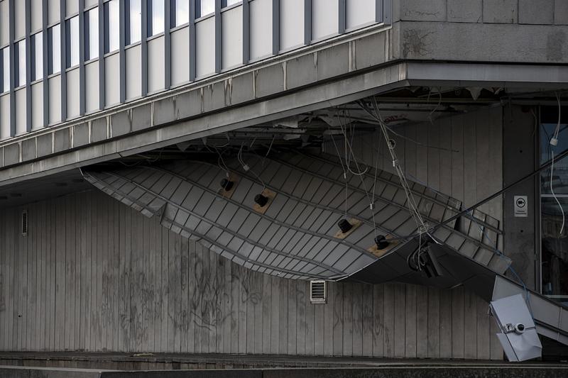 Osa Oulun teatterin katosta romahti juhannusviikon Ahti-myrskyssä. Ilmatieteen laitoksen mukaan ilmastonmuutos ei juuri voimista tuulia Suomessa, mutta lännenpuoleiset tuulet yleistyvät. Seurauksena sateet kastelevat rakennetuilla alueilla entistä useammin talojen lännen- ja etelänpuoleisia seiniä, mikä voi lisätä kosteusvaurioita.