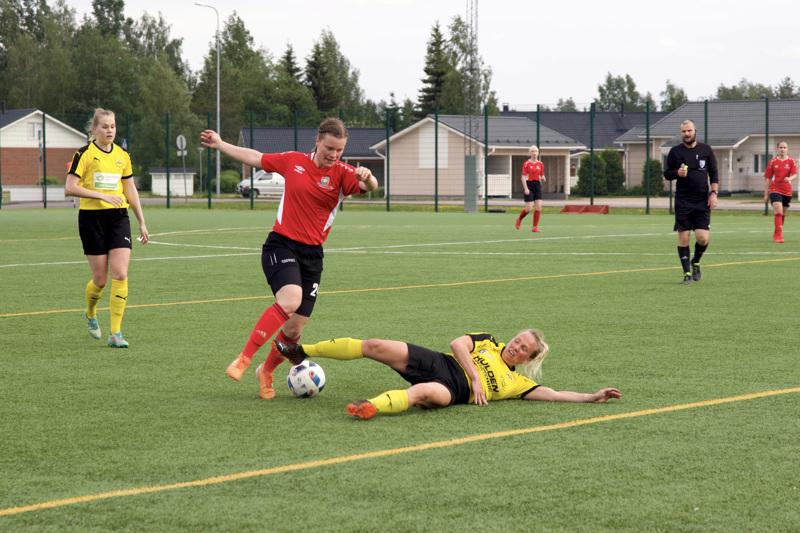 FC-92 otti mittaa historiallisessa Kakkosen ottelussa alaveteliläisestä IK Myranista. FC-92:n Tea Tuomainen ohittaa juuri vastustajan keskikenttää.
