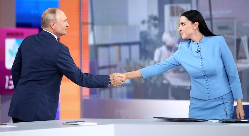 Vladimir Putin esiintyi tällä viikolla lähes neljä tuntia suorassa televisio-ohjelmassa, jossa häneltä kysyttiin asioista maan ja taivaan väliltä. Ennen Suoran linjan alkua presidentti kätteli ohjelman juontajaa Nailja Asker-Zadea.