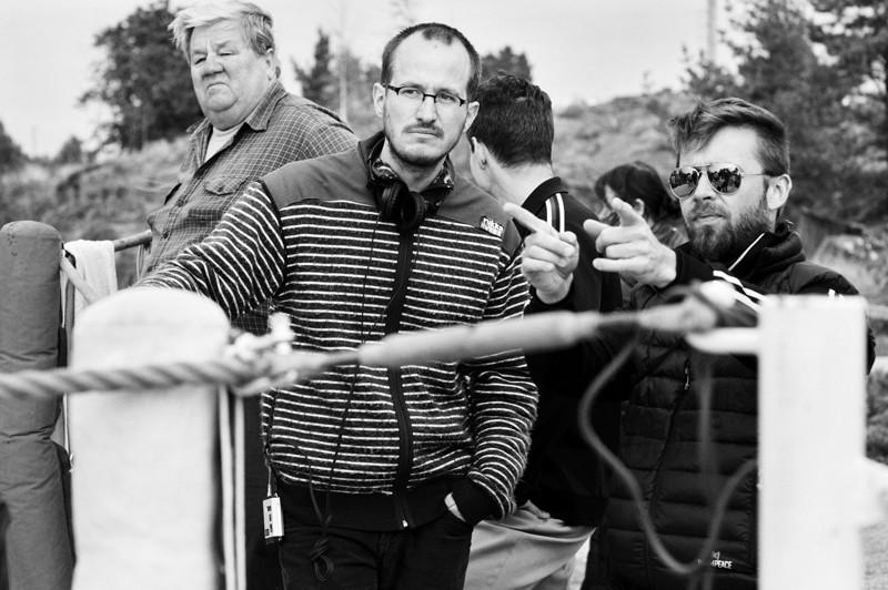 Ohjaaja Juho Kuosmanen ja kuvaaja J-P Passi valmistelevat nyrkkeilykohtausta Hymyilevään mieheen, joka voitti Cannesissa 2016.