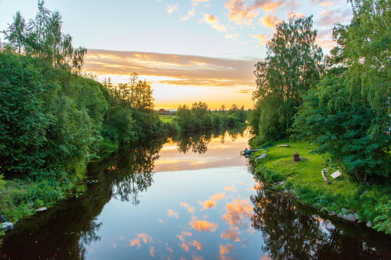 Auringonlasku juhannusaattona Rautiossa Vääräjoella.