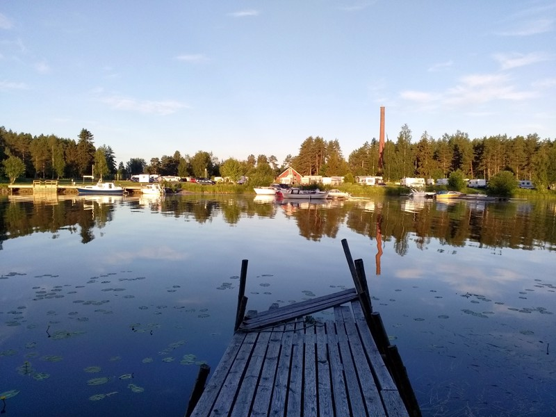 Sautinkari juhannusaamuna sahan piipun heijastuessa Lestijoen pintaan.