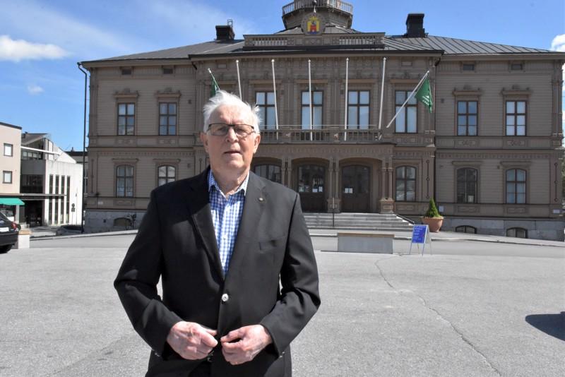 Veteraanipoliitikko Pentti Silvennoinen on valtuustonsa istunut. Hänen mielestään Pietarsaaren pitää avautua rohkeasti suomenkieliseen Suomeen päin.