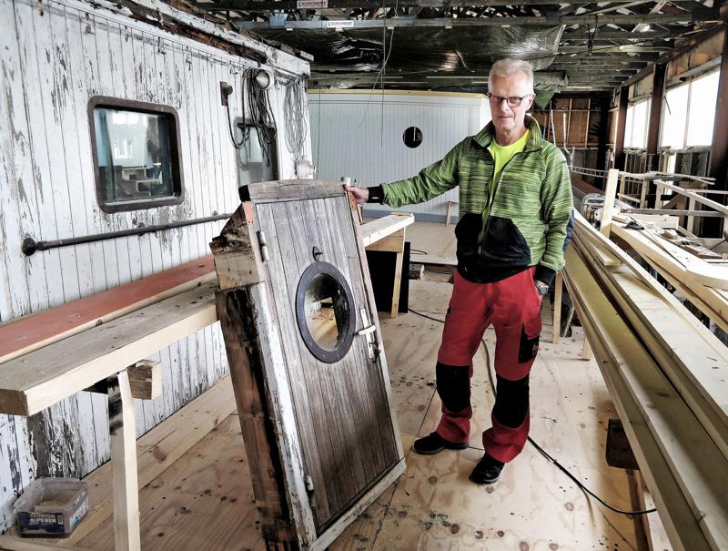 Kapteenin kajuutan alkuperäinen ovi on säilynyt käyttökuntoisena. Vegan  ikkunoiden metalliraamit on tiettävästi valettu aikoinaan Pietarsaaren Wärtsilässä. Max Lasen  esittelee.