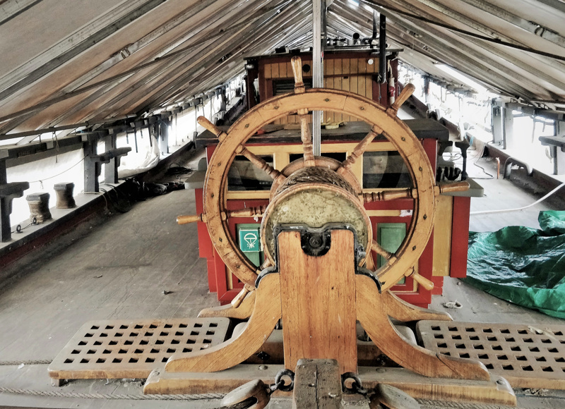 Kuva pressun alta Wapenin kannelta. Wapen on Pietarsaaressa vuosina 1988-1994 talkootyönä ja perinteisiä käsityömenetelmiä käyttäen rakennettu replika 1700-luvulla rakennetusta samannimisestä kaljaasista, joka laskettiin vesille Pietarsaaressa 1767.