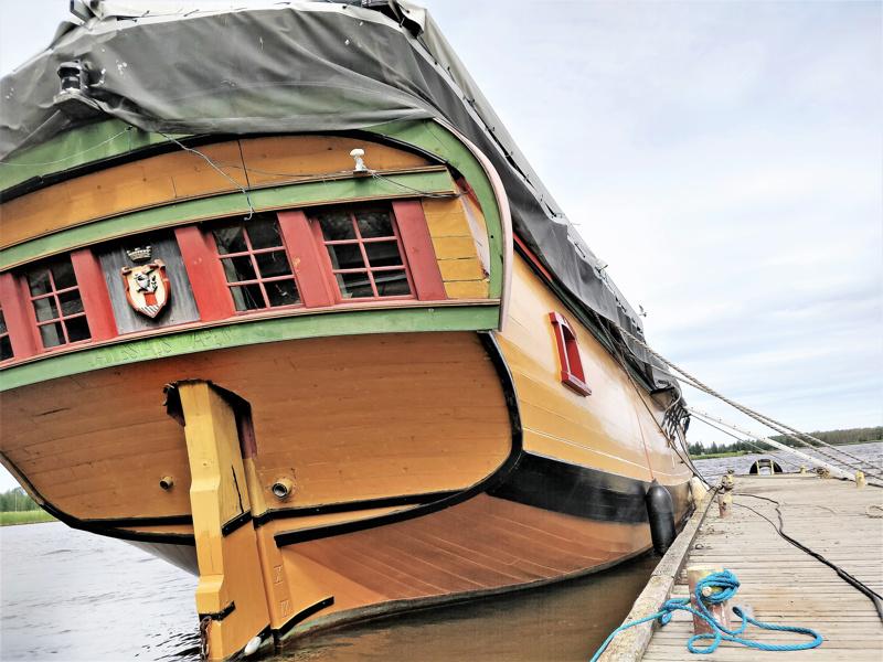 Kaljaasi Jacobstads Wapen seisoo Laivapihan laiturissa. Sitä voi toistaiseksi ihastella vain ulkoa, Jaakon Päivillä pääsee käymään kannella.
