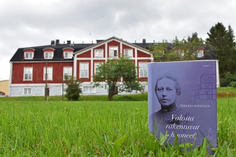 Haapaveden opiston päärakennus eli Lönninkartano on niin ikään Wivi Lönnin vuonna 1917 suunnittelema. Päärakennus valmistui 1925. Lönninkartanon suunnittelua kirjassa ei kuitenkaan käsitellä vaan tilan ottavat paljon suuremmat ja merkittävämmät rakennukset, kuten Wivin ensimmäinen suuri suunnittelutyö Tampereen suomalainen tyttökoulu, Estonia-teatteri ja NNKY:n talo.
