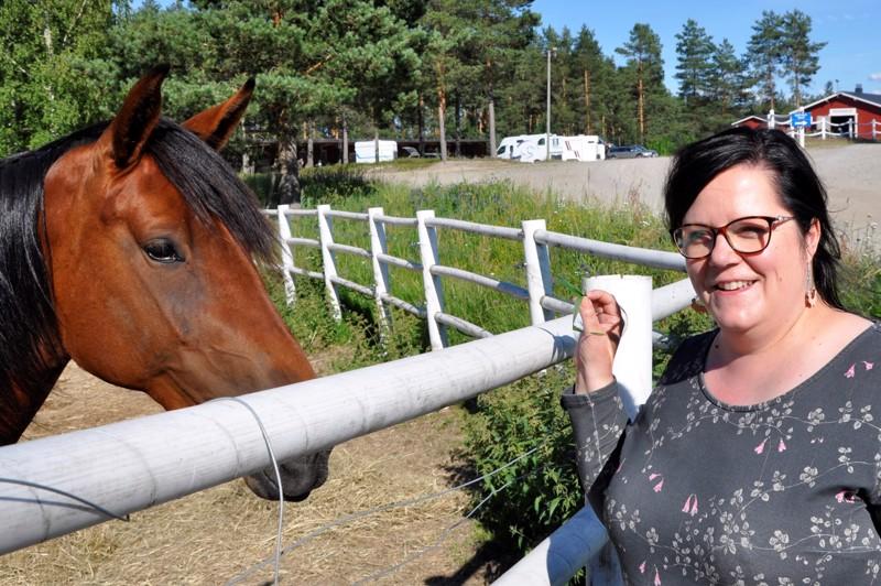 Tulevana viikonloppuna Nikulan varikkoalue täyttyy hevosautoista ja hevosista, ravien myötä Nina Meriläisen viikonloppu kuluu tuomaritornissa kilpailujen valvojana. Naiset ovat näissä tehtävissä harvinaisuus, Meriläisellä on vain yksi vastaavissa tehtävissä toimiva naiskollega.
