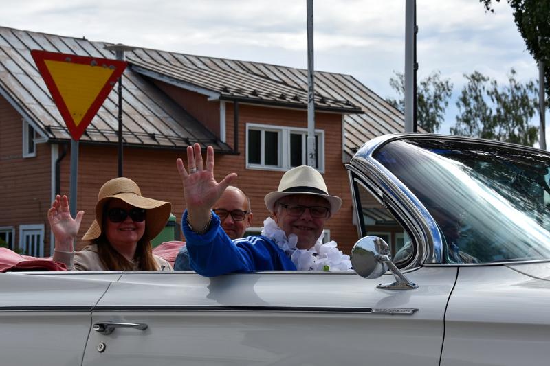 Läksiäistunnelmaa. Viimeisenä työpäivänä Ahonen noudettiin kotoaan Evijärveltä Cadillacilla.
