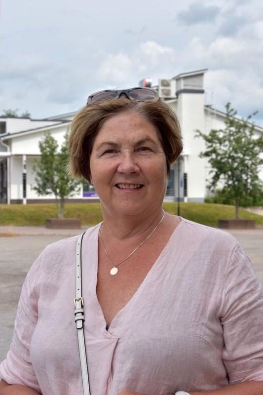 Paula Lukkarila, Kokkola - Puen viileät vaatteet. Nautin kylmää juomaa ja olen mökillä rannalla.