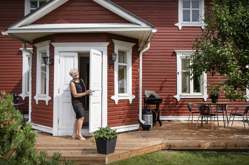 Vävyn tekemä uusi terassi on Paula Jukkolalle mieluinen paikka nauttia kesäillasta ja vanhasta pihapiiristä.