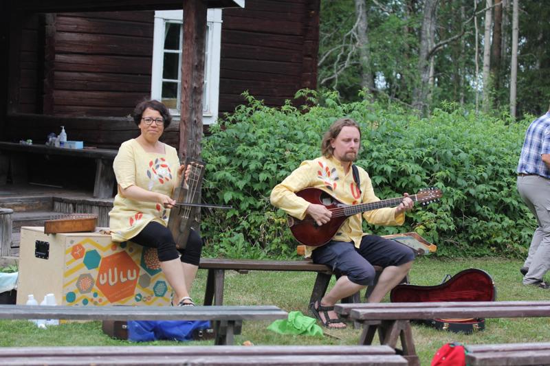 Henna Leisiö ja Joonas Ojajärvi tempaavat mukaansa upealla musisoinnilla ja laululla.