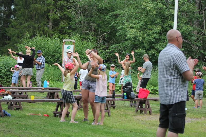 Yleisö oli mukana esityksessä tanssimalla ja soittamalla.