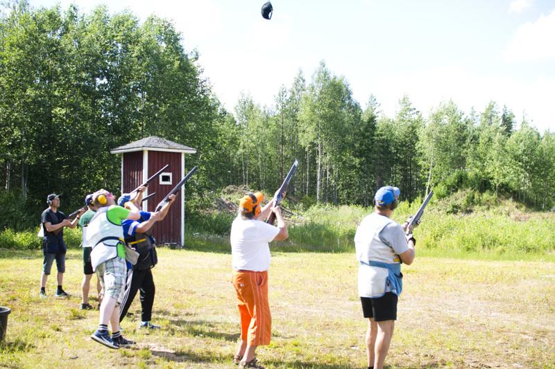 Perinteinen voittajan hatun ammunta. Juhani Sahlströmin voitettua metsästyshaulikkokisan muut kilpailivat ampuivat hänen hattunsa rei'ille.