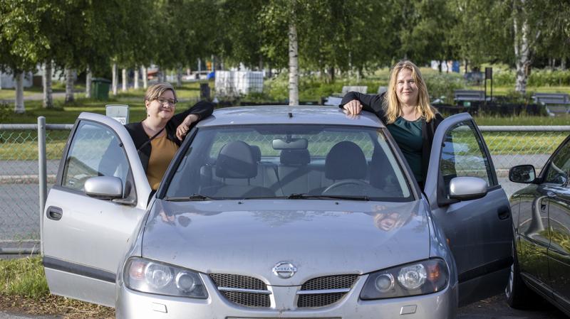 Senni Lappalainen ja Hanna Mattila korostavat kimppa-auton hankkimisen helpottaneen arkea. Vaikka ympäristönäkökulma oli tärkeä, myös arkea täytyi pystyä elämään sujuvasti. Meillä oli alkuvuosina takapenkki täynnä lapsia, eli tämä on kyllä ollut aika kustannustehokasta ajoa.