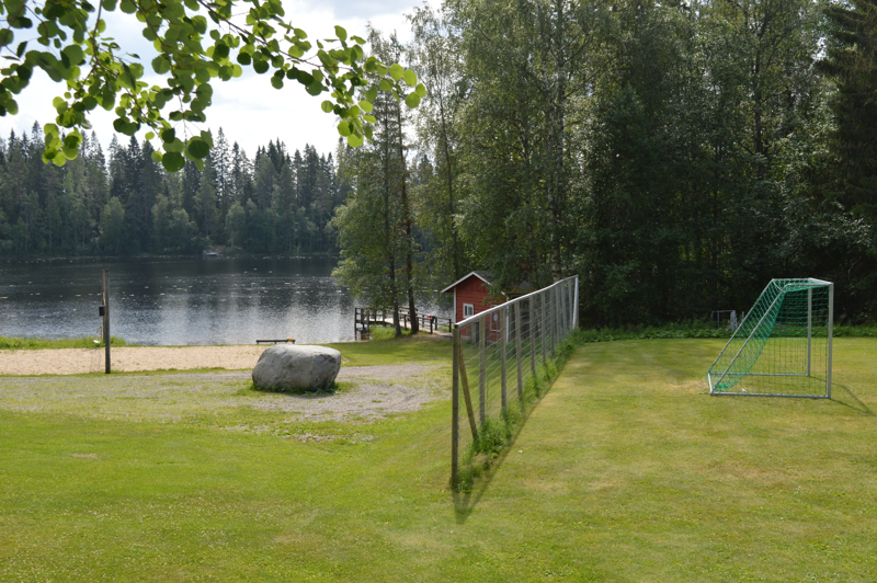 Saarisen leirikeskus sijaitsee kirkasvetisen Hakolammen äärellä.