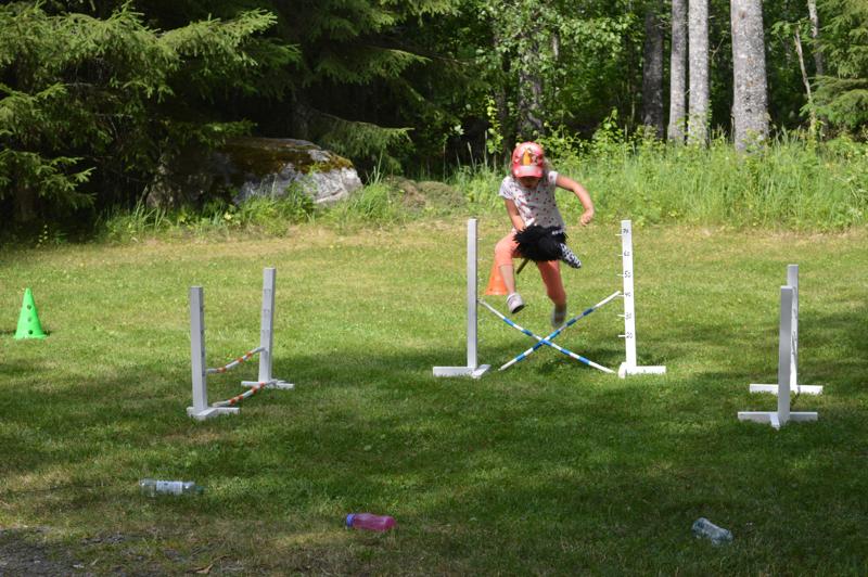 Viime tiistain 5-8-vuotiaiden keppihevosleirillä hypittiin muun muassa esteratoja. Kuvassa Tiia Pasanen.