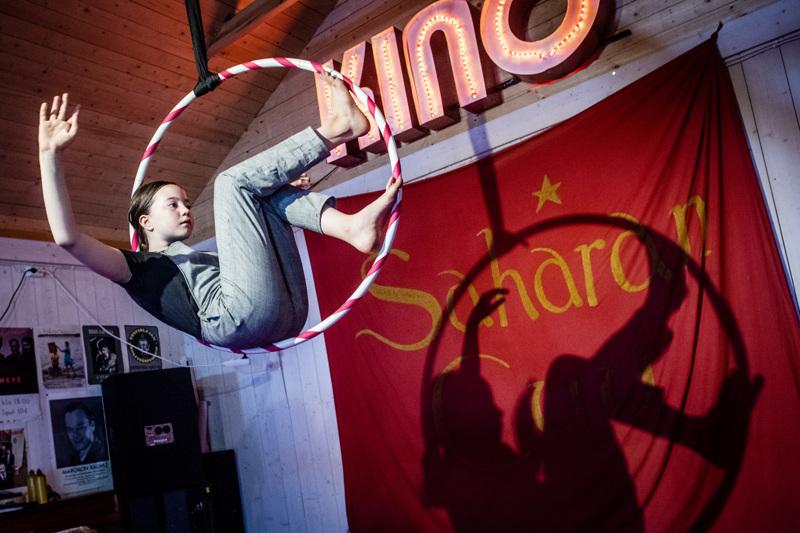 Ennen varsinaisen Ykspihlajan Kulttuuriviikon alkua ollaan Kahvila Sahassa sirkustunnelmissa SahaSirkusfestissä. Kuvassa taiteilee Ella Hagström.
