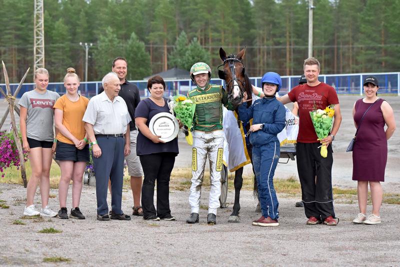 Työt on tehty, ja on juhlan aika. Festivaali-ajon voittajaseremonioissa kera lähdön sponsorien sekä Tito C.A:n ja Jukka Torvisen mm. Anne Kangas (viides vasemmalta) ja Ismo Kangas (toinen oikealta).