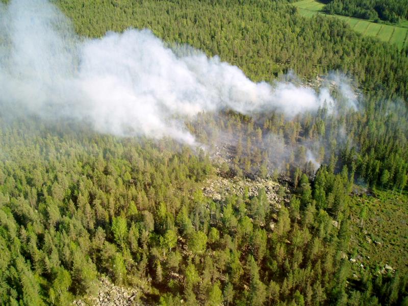 Jokilaaksojen pelastuslaitoksen sammutusyksiköt työskentelevät maanantain ja tiistain välisenä yönä maastopalojen sammutuksessa Pyhäjärvellä ja Kalajoella.