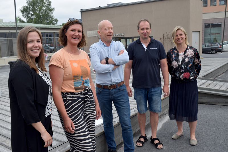 Sara Libäck-Sandin, Daniela Mårtenson, Jonny Asplund, Kennet Svanbäck ja Heidi Matinlassi tempaisevat torilla viikon päästä. Täällä on työtä  ja muuta, mitä elämiseen tarvitaan.