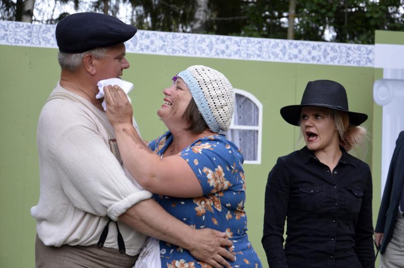 Pehtoorilla (Jouko Lassila) on ihailijoita. Kamreerin rouva (Sanna Huotari) herättää vuorostaan Lilli Lindissä (Johanna Ruostetsaari) mustasukkaisuutta.