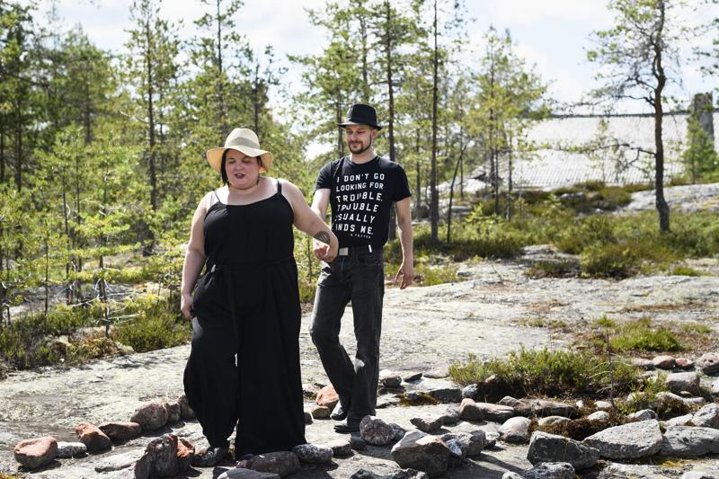 Anna-Kaisa Kettunen ja Vili Heikkinen ovat valinneet vihkipaikakseen Pauanteelle kivistä rakennetun jatulinintarhan.