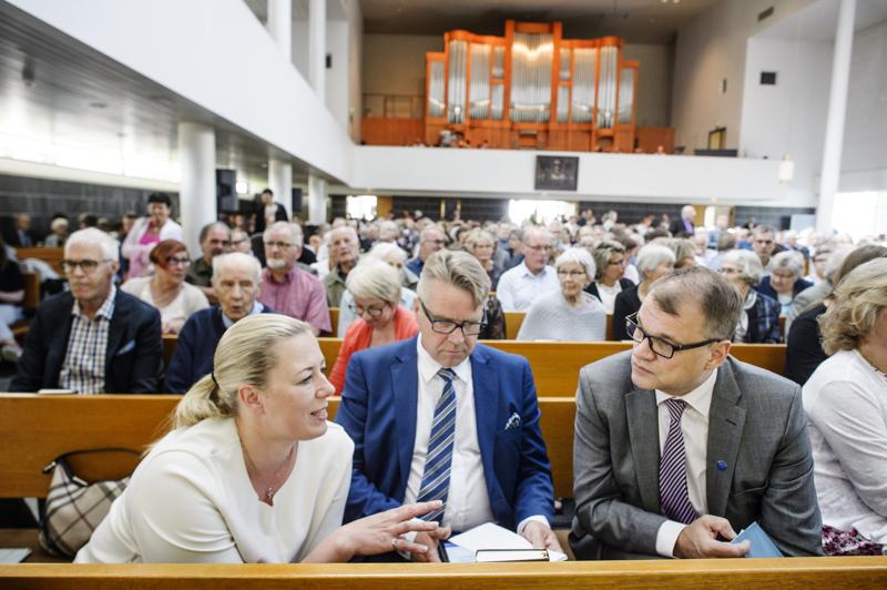 Rauhan Sanan Suvijuhlat pidettiin vuonna 2017 Kokkolassa. Kuvassa Jutta Urpilainen, Juha Sipilä ja Peter Östman Suvijuhlilla Kokkolan kirkossa.