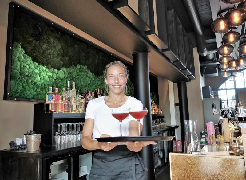 Tarjoilija ja sisustamiseen suuresti osallistunut Anna Nylund tarjoili työkaverille karpalomehua kauniissa lasissa virvokkeeksi siivouspäivänä.