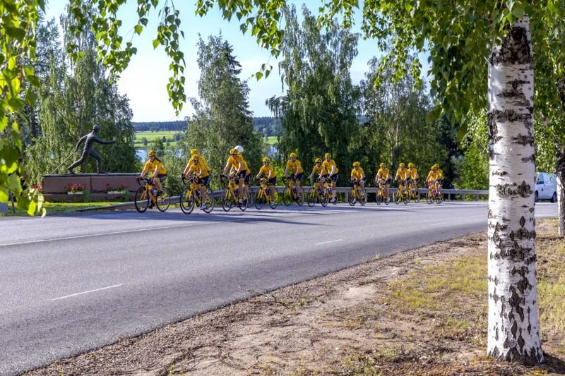 Rynkeby Espoo saapumassa Haapavedelle tiistaiaamuna. Pyöräilijät polkevat kahdessa ryhmässä.