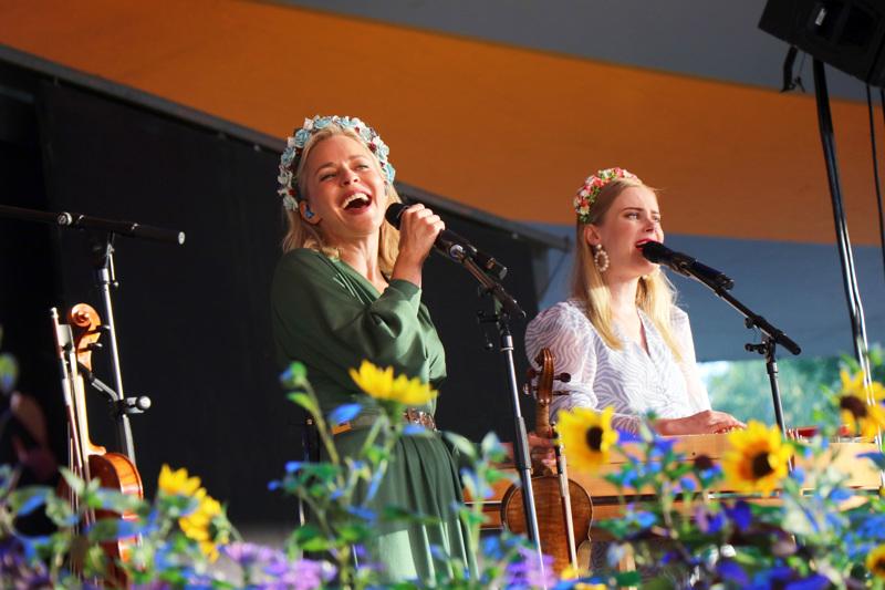 Kaustisen kansanmusiikkijuhlat 2021. Avauspäivän areenakonsertissa esiintyivät Vesala, Järvelä ja Rahmel.
