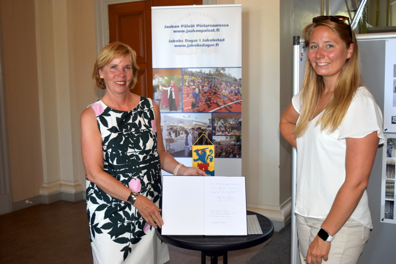 Anna-Maja Henriksson ja Ida-Marie Jungell arvelevat, että Raatihuoneen vieraskirjaan voi ilmaantua paljonkin kommentteja.