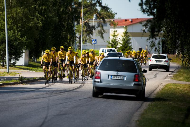 Team Rynkeby - God Morgon Espoo saapui neljännen ajopäivänsä päätteeksi Nivalaan komeassa saattueessa.