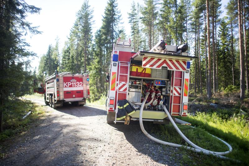 Sekä Jokilaaksojen että Keski-Pohjanmaan ja Pietarsaaren alueen pelastuslaitokset joutuivat tiistaina sammuttamaan maastopaloja. Arkistokuva.