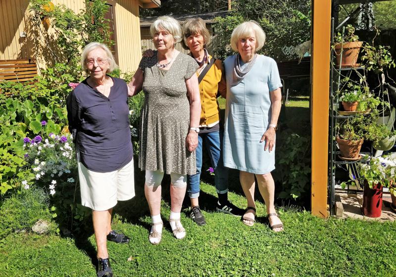 Kerstin Kassab, Linnea Mod, Gitta Wik ja Helena Westerlund Friska Tag -taideryhmästä  iloitsevat taiteilija Helene Schjerfbeckin isovanhempien hautakiven entisöinnin toteutumisesta.