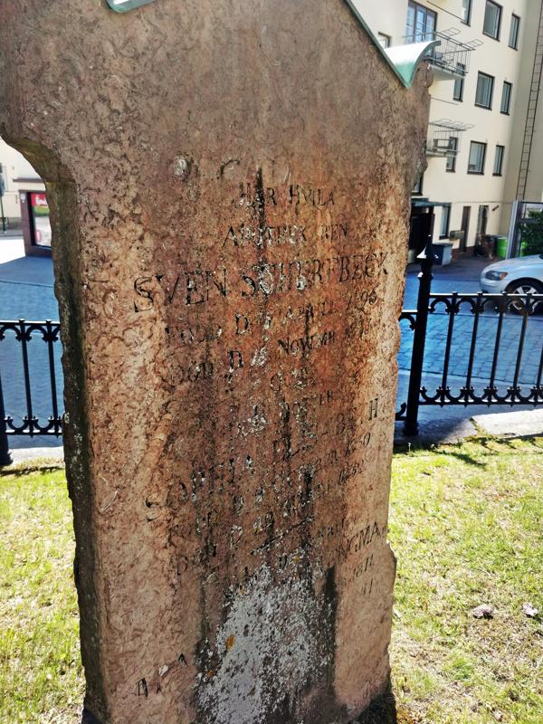 Hautakiven tekstistä ei juuri saa enää selvää. Hautakivi löytyy hautausmaalta Alholminkadun puolelta, takarivistä ensimmäisenä oikealta.