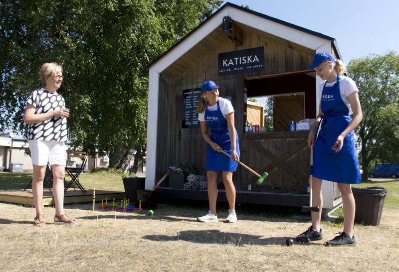Kioskilla voi käydä pelaamassa vaikka krokettia. Anna Mustola seuraa kioskissa tiistaina myyjinä olleiden Amanda Bertulan ja Ella Juolan kisailua.