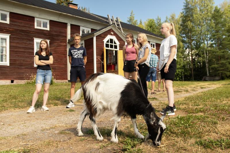 Anttoni-vuohen kanssa kotieläinpihaa olivat esittelemässä Ella-Sofia Rauma, Matias Tikkanen, Jasmin Weckman, Eerika Ohtamaa ja Hilda Haikara.